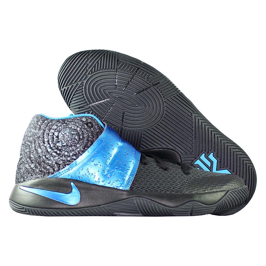 Кроссовки NikeКроссовки детские баскетбольные Nike Kyrie 2 GS quot;Wetquot;Первые именные кроссовки игрока НБА Кайри Ирвинга! Модель создана для очень быстрых и активных игроков. Она лёгкая, прочтая и удобная, обладает хорошей амортизацией. Подходит для игры на любой позиции.<br><br>Цвет: Чёрный<br>Выберите размер US: 1|1,5|2|3|3,5|4|4,5