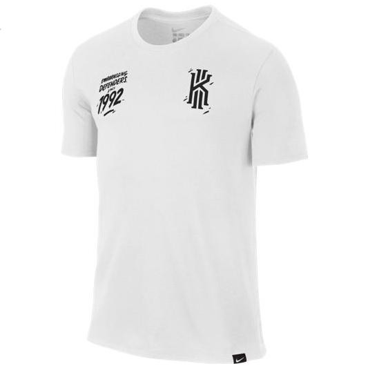 Другие товары NikeФутболка Nike Kyrie Since apos;92 T-ShirtФутболка Jordan Brand. Материал 100% хлопок<br><br>Цвет: Белый<br>Выберите размер US: XL|2XL