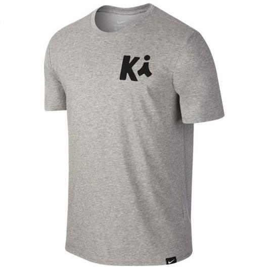 Другие товары NikeФутболка Nike Kyrie Art 1 T-ShirtФутболка Nike из коллекции Kobe Bryant. Состав - 58% хлопок, 42% полиэстер.<br><br>Цвет: Серый<br>Выберите размер US: L