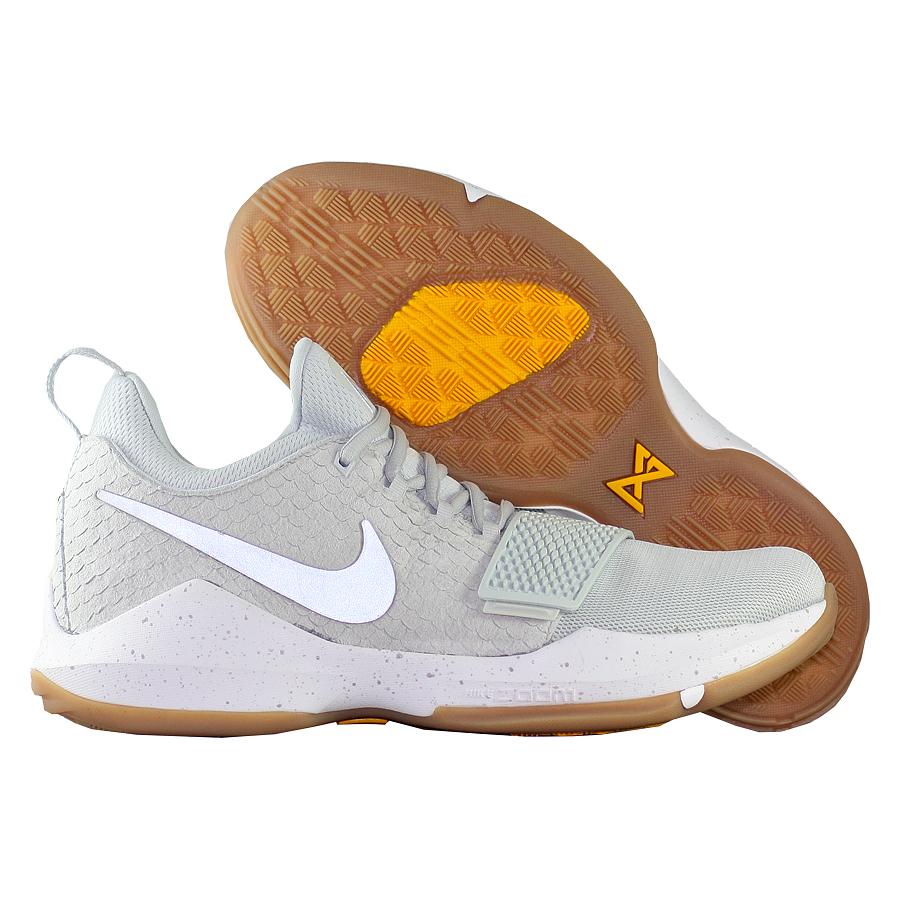 Кроссовки NikeКроссовки баскетбольные Nike PG 1 quot;Pure Platinumquot;Первые именные кроссовки игрока НБА Кайри Ирвинга! Модель создана для очень быстрых и активных игроков. Она лёгкая, прочтая и удобная, обладает хорошей амортизацией. Подходит для игры на любой позиции.<br><br>Цвет: Серый<br>Выберите размер US: 12|8,5|9